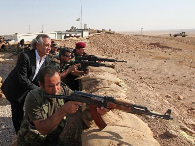 Bernard-Henri Lévy avec des peshmergas dans le secteur de Kirkouk (nord de l'Irak), dans une image postée le 31 août sur Twitter.
